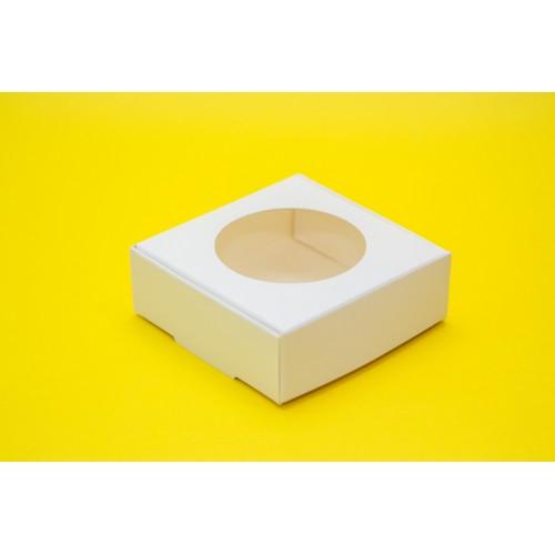 Картонная упаковка на 4 макарон с окошком. Размер 100*100*35